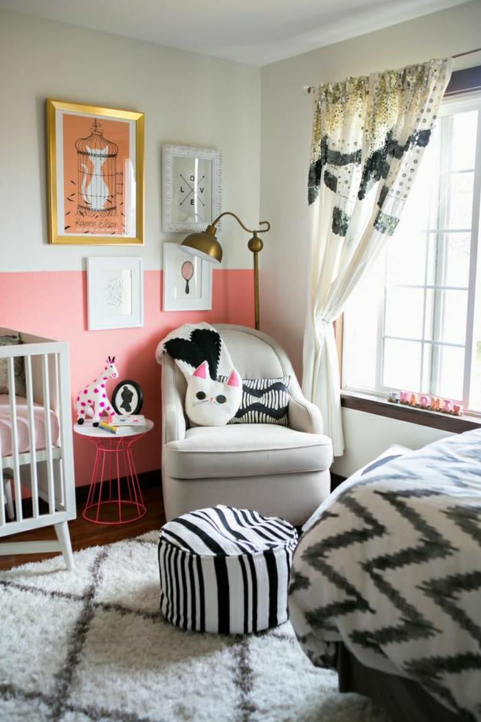Kinderzimmer-attraktiv-extravagante-gestaltung-Spielzeuge-Plüschtiere-Bettwäsche-Hocker-graphisches-Muster-Fenster-extravagante-Vorhänge