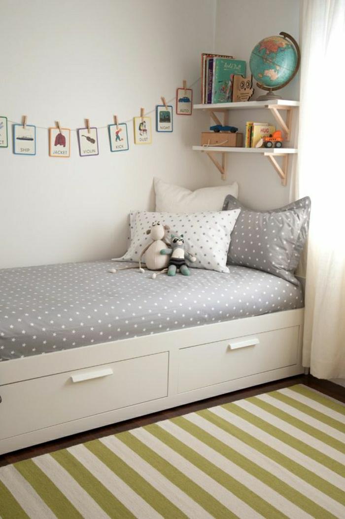 Kinderzimmer-gestreifter-Teppich-Polka-Dot-Bettwäsche-weißes-Bett-mit-Schubladen-Bücher-Spielzeuge-Plüschtiere