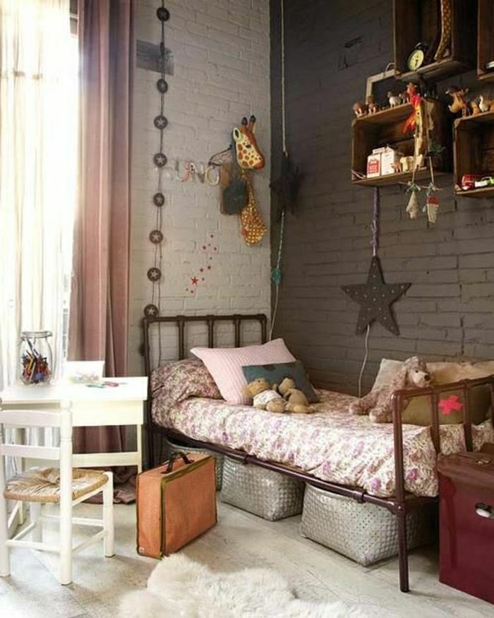Kinderzimmer-schick-Wanddekoration-dekorative-Sterne-Girlanden-Plüschtiere