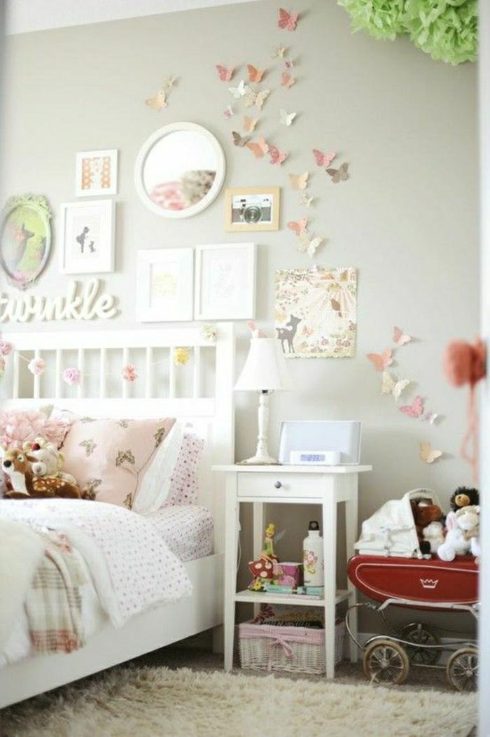 Kinderzimmer-shabby-chic-Stil-weiß-rosa-Gestaltung-Wanddeko-Bilder-Schmetterlinge