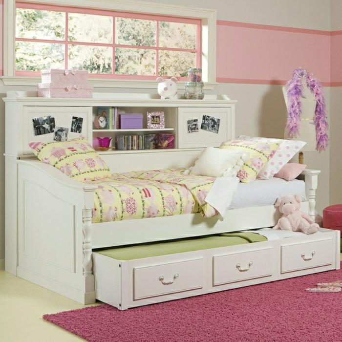 Kinderzimmer-weiß-rosa-bunte-Bettwäsche-Plüschtier-weißes-Bett-Schubladen-rosiger-Teppich
