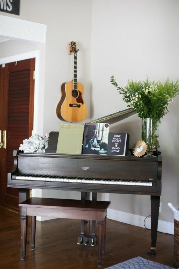 Klavier-Gitarre-Notenblätter-Blumen-elegant-stilvoll
