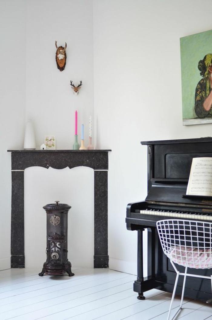 Klavier-Stuhl-Bild-Kerzen-Geweih-weiße-Wände