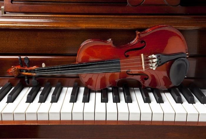 das-Musikinstrument-Klavier-Violine-aristokratische-Kombination-elegant