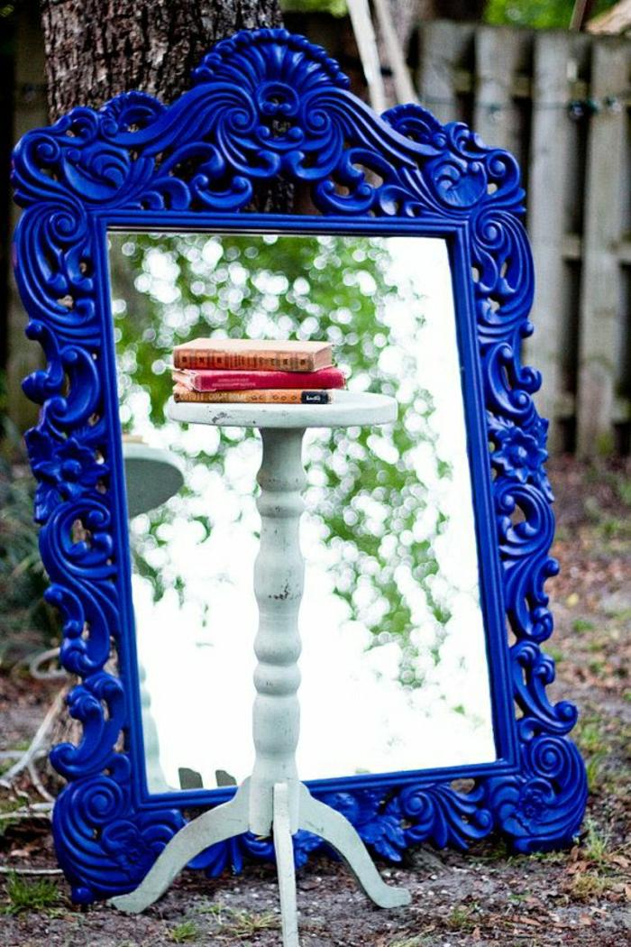Spiegel-kobaltblauer-vintage-Rahmen-Ornamente-Tisch-Bücher-Natur-Baum