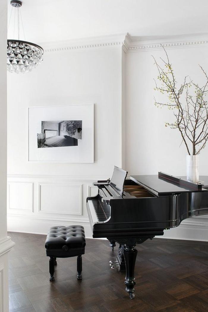 Konzertflügel-schwarz-Leder-Hocker-weiße-Wände-stilvoll-elegant
