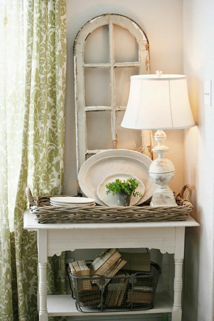 Korb-Bücher-Tisch-Nachttischlampe-Porzellan-Teller-vintage-Fenster-Rahmen-Gardinen