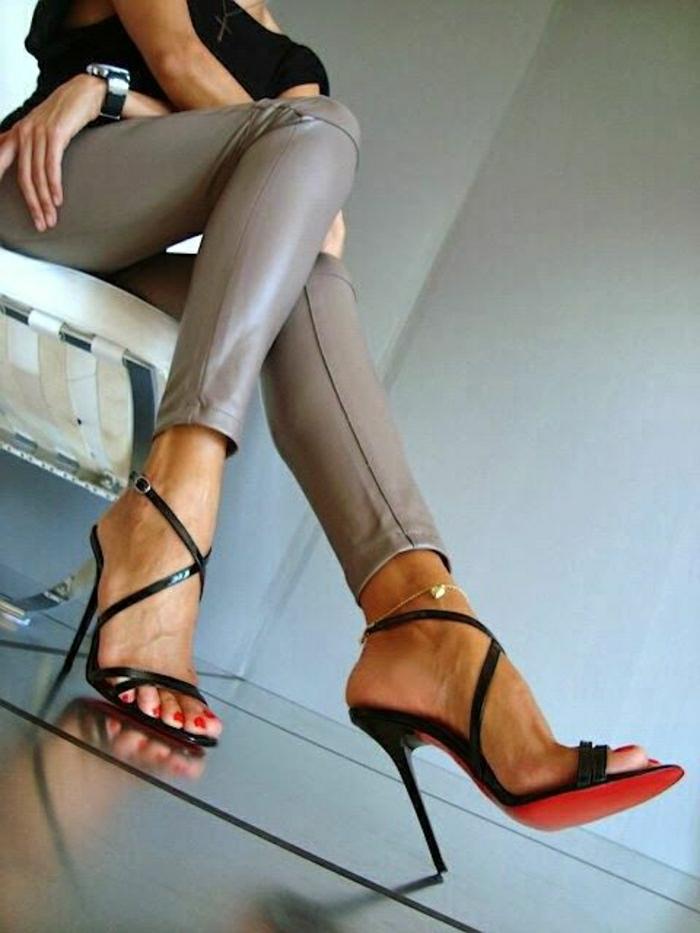 Louboutin-Sandalen-schwarz-Absatz-elegant-Leder-Hosen