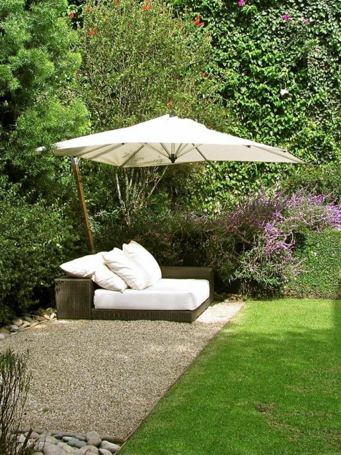 Lounge-Garten-Sonnenschirm-Grün-dekorative-Steine-Gras