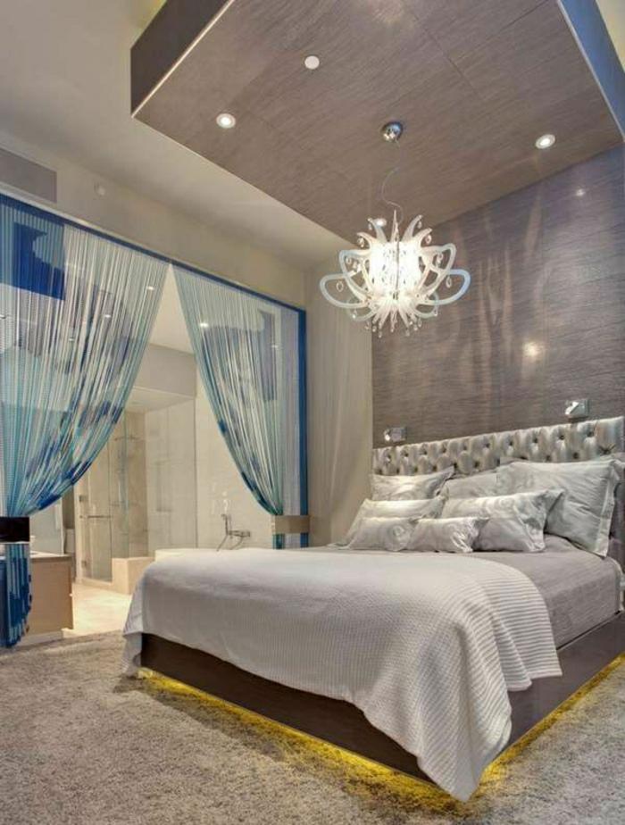 Luxus-Wohnung-leuchtendes-Bett-blaue-Gardinen-Oktopode-Kronleuchter