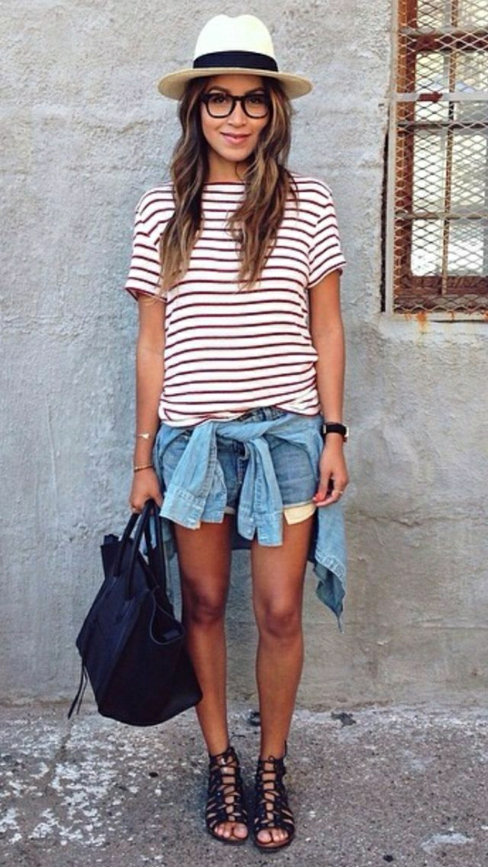 Mädchen-Denim-kurze-Jeans-Jacke-schwarze-Sandalen-Tasche-Bluse-Streifen-Brille-sommerhut-damen