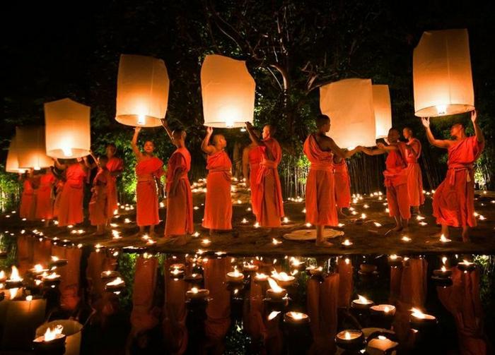 Mönche-fliegende-Laternen-Thailand