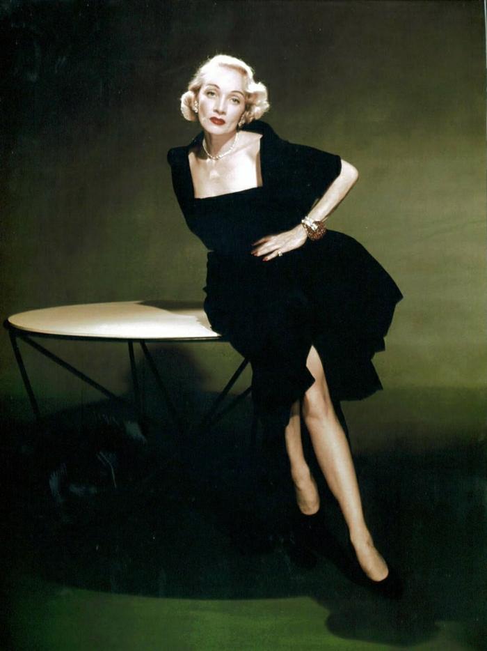 Marlene-Dietrich-Film-Legende-Hollywood-deutsche-Schauspielerin-Mode-Ikone-schwarzes-Kleid-stilvolle-Frisur