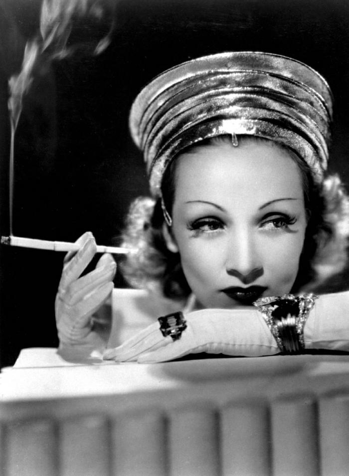 Marlene-Dietrich-attraktiver-Look-Zigarette