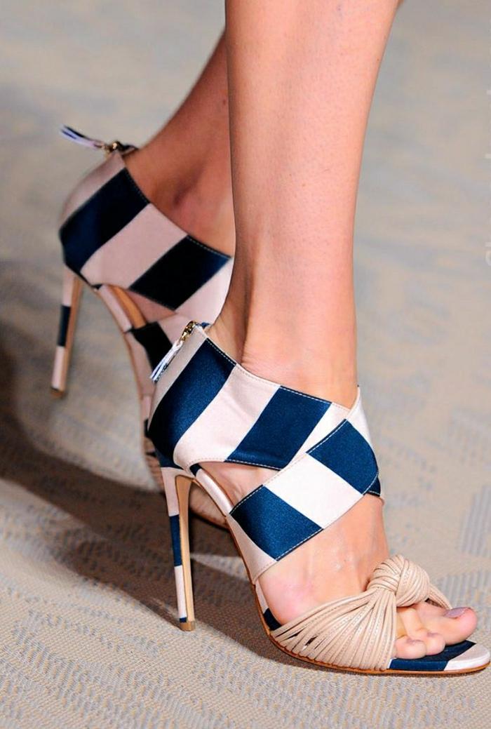 Matthew-Williamson-Sandalen-interessantes-Design-Absatz-Körperfarbe-blau-weiß