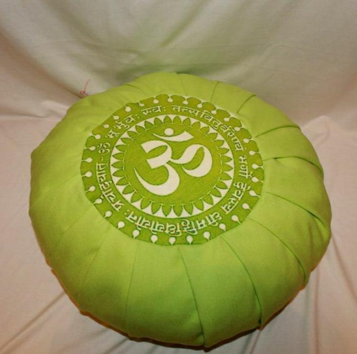 Meditationskisse-grün-weiße-Hieroglyphen