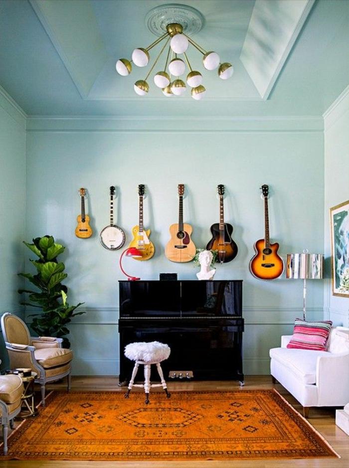 Musikinstrumente-zu-Hause-Wand-Gitarren-schwarzes-Klavier-weißes-Sofa-Hocker-Leder-Sessel