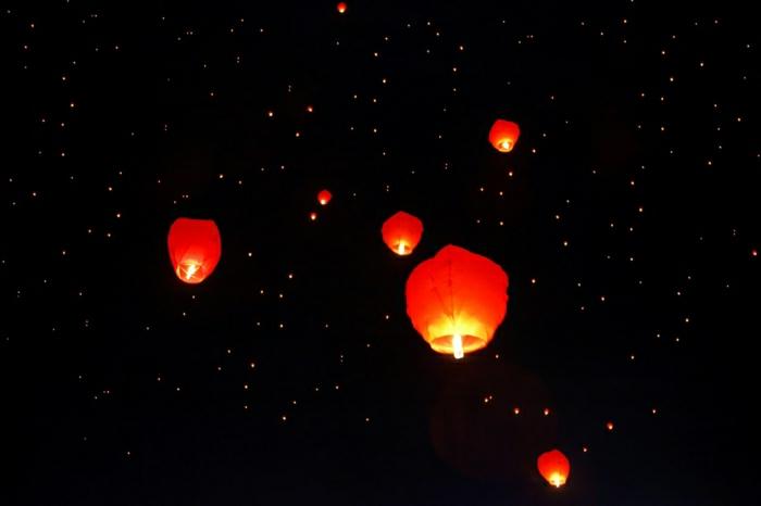 Nacht-Himmel-dunkel-rote-Himmelslaternen-fliegend