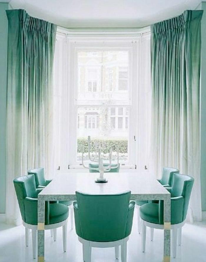 Ombre-Gardinen-Stühle-Minze-Farbe-weißer-Kerzenhalter-elegante-Gestaltung