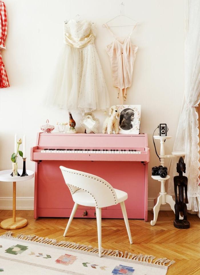 Prinzessin-Zimmer-süß-kokett-Kleider-rosa-Klavier-weißer-Stuhl