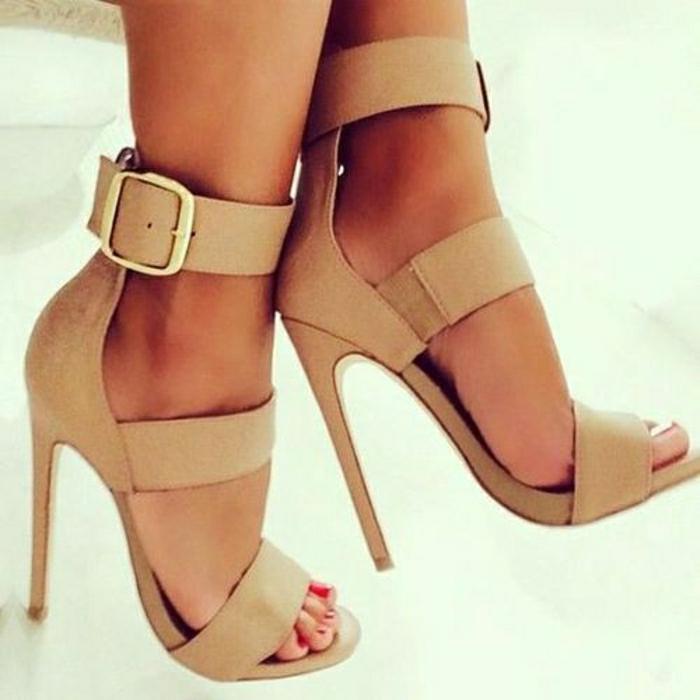 Sandalen-mit-Absatz-Körperfarbe-große-Schnalle