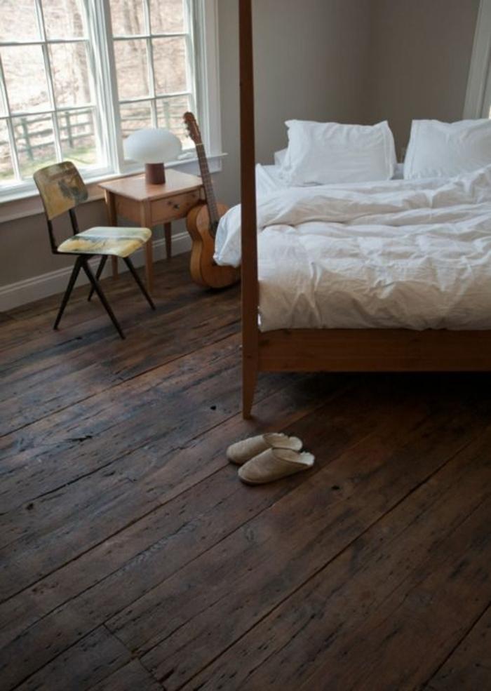 Schlafzimmer-Bett-Gitarre-Stuhl-Nachttisch