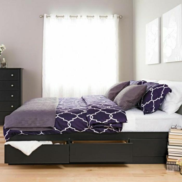 Schlafzimmer-Bett-Schubladen-lila-Bettwäsche-Ornamente-Kommode-weiße-Gardinen-Bild-Bücher