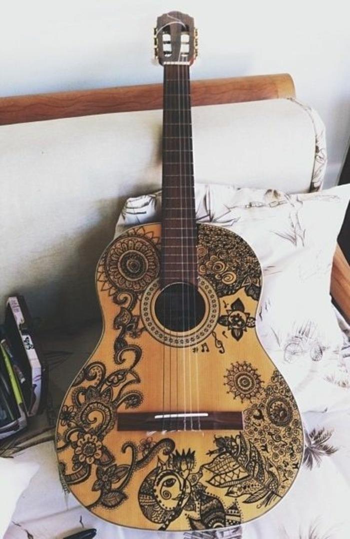 Schlafzimmer-Bettwäsche-Gitarre-dekoriert-Henna-Muster