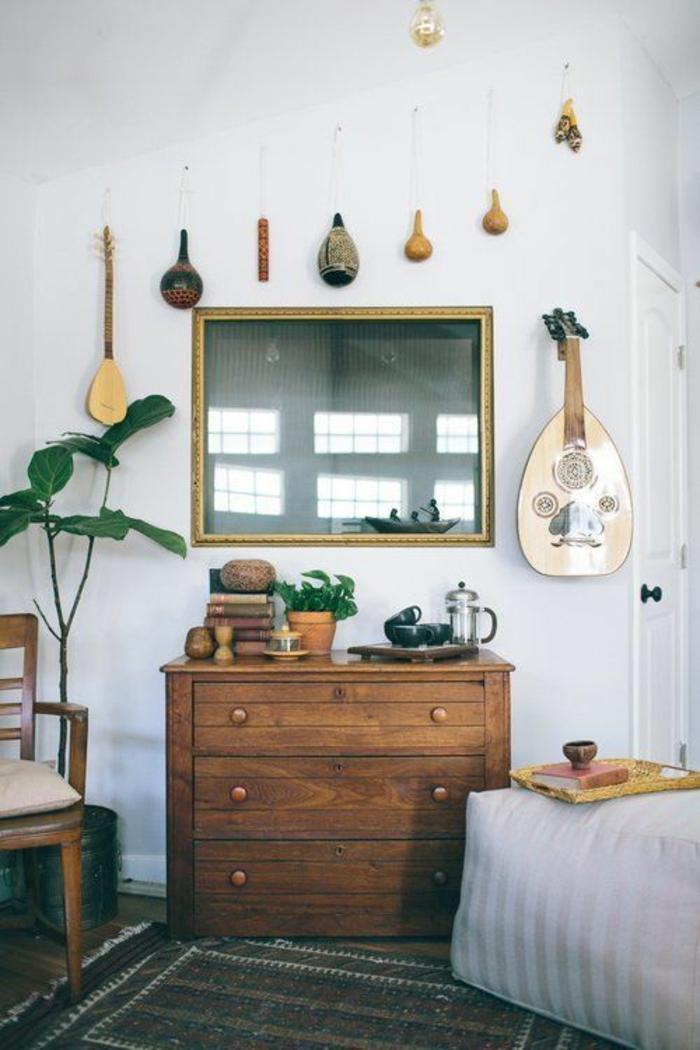 Schlafzimmer-Kommode-Blumentöpfe-Folkloreinstrumente-Wand-hängend
