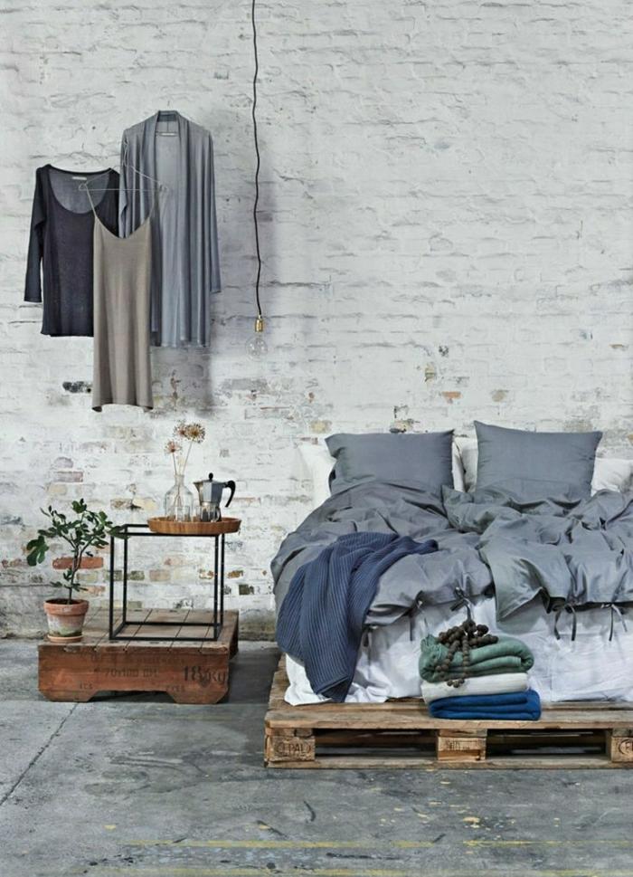Schlafzimmer-Ziegelwände-Paletten-Bett-Nachttisch-rustikal