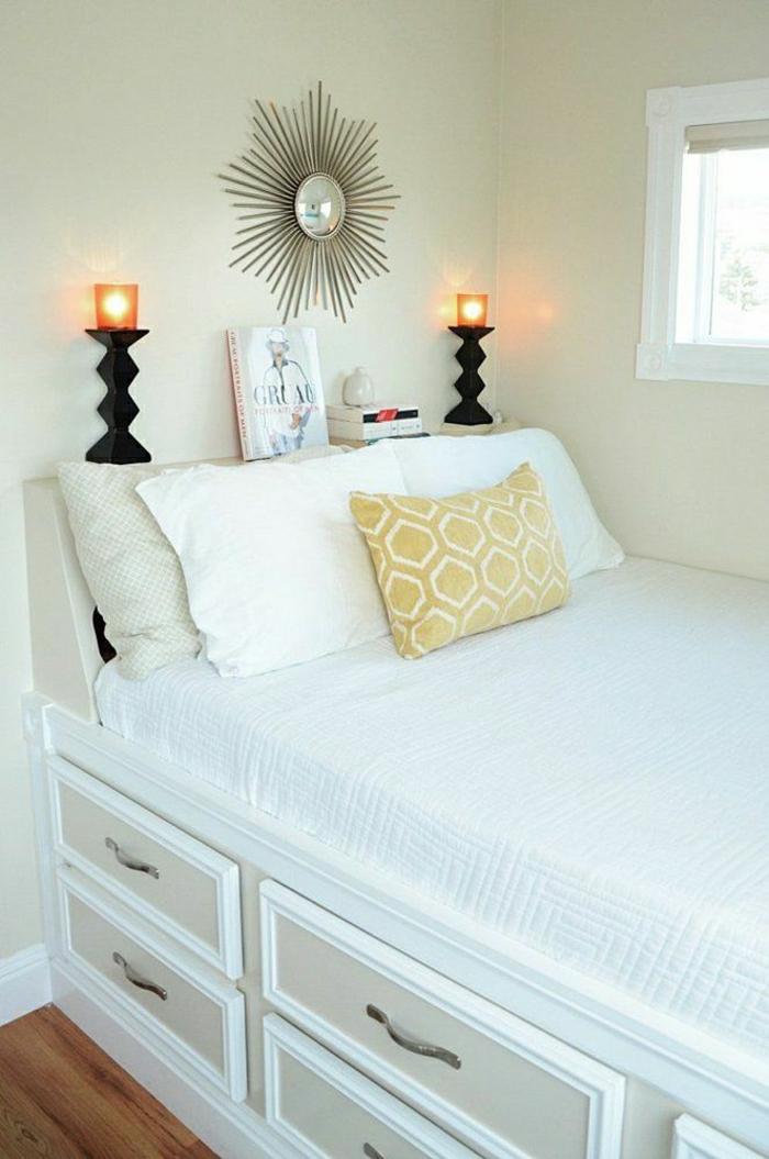 Schlafzimmer-beige-Bett-Schubladen-Kerzenhalter-Wand-Dekoration-gelbe-Kisse