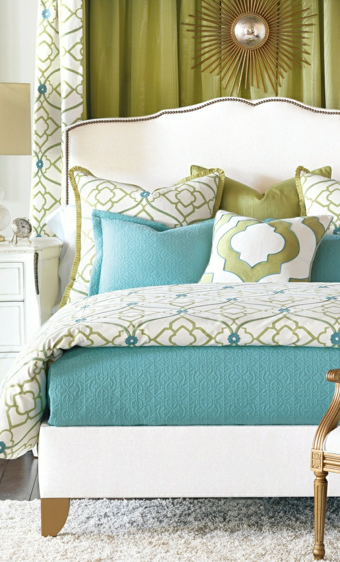 Schlafzimmer-frische-Farbschemen-Kissen-Bettwäsche-Gardinen-gleiches-Muster-goldene-Dekoration-Nachttisch-Wecker
