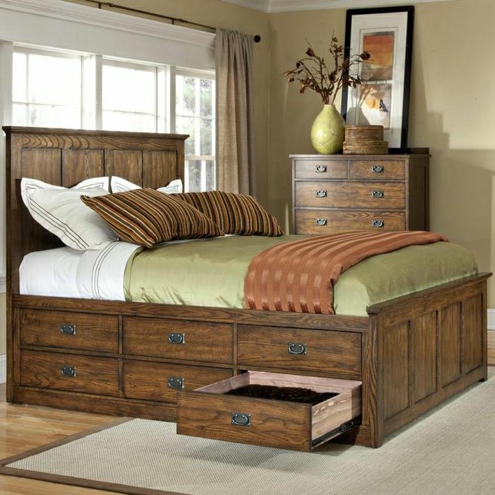 Schlafzimmer-hölzernes-Bett-Schubladen-Kommode-Vase-Blumen-Bild-aristokratische-Gestaltung-rustikal