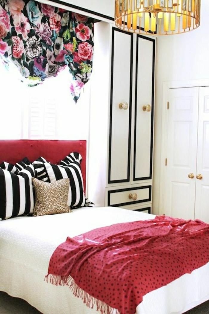 Schlafzimmer-schwarz-weiße-Kissen-Schrank-rote-Schlafdecke-bunte-Gardinen-Blumen-Muster