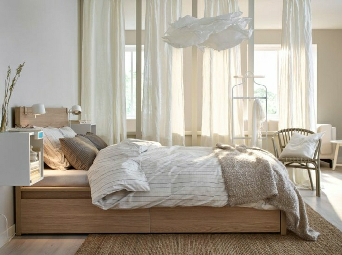 Schlafzimmer-weiße-Gardinen-hölzernes-Bett-mit-Schubladen