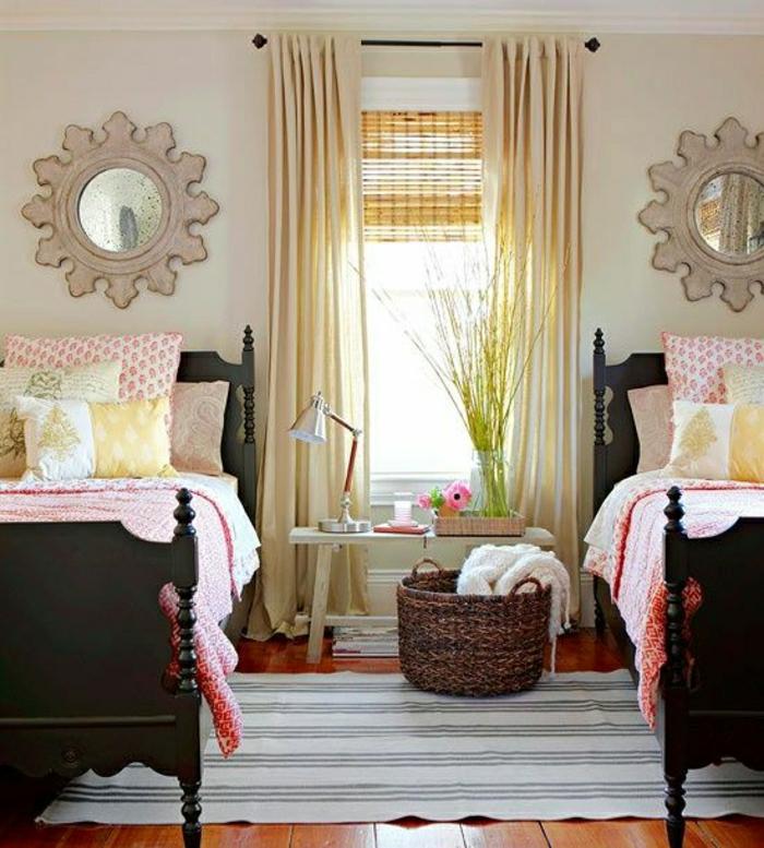 Schlafzimmer-zwei-Betten-rosa-Bettwäsche-Rattankorb-vintage-Wandspiegel-gelbe-Gardinen-modern