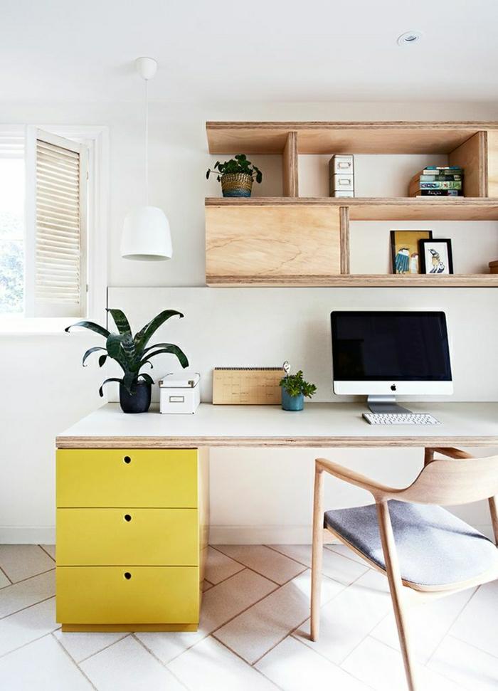 Schreibtisch-gelbe-Schubladen-Stuhl-modernes-Design-Computer-Blumentöpfe-Regale-Bilder-hängende-Lampe-Fenster-Rolladen