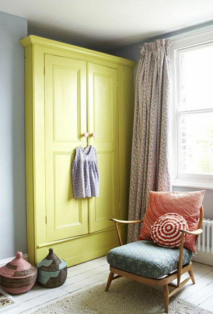 Sessel-rundes-Kissen-gelber-Kleiderschrank-kleines-Kleid-vintage-Gardinen