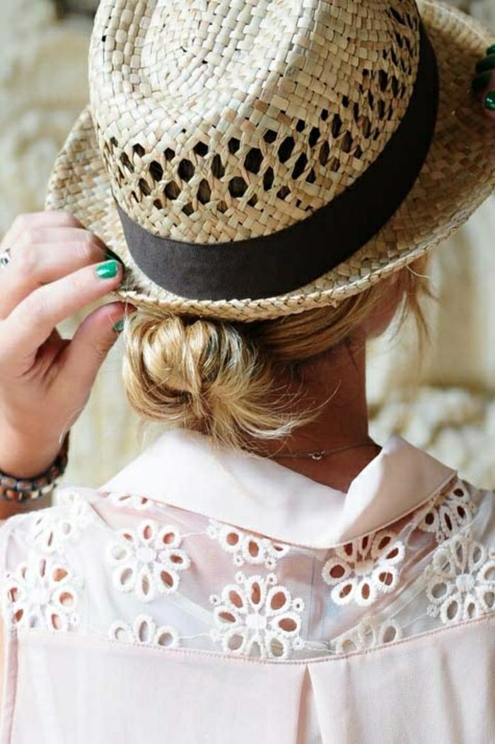Sommerhut-Damen-Strohhut-schwarzes-Band-rosa-Bluse-grüner-Nagellack
