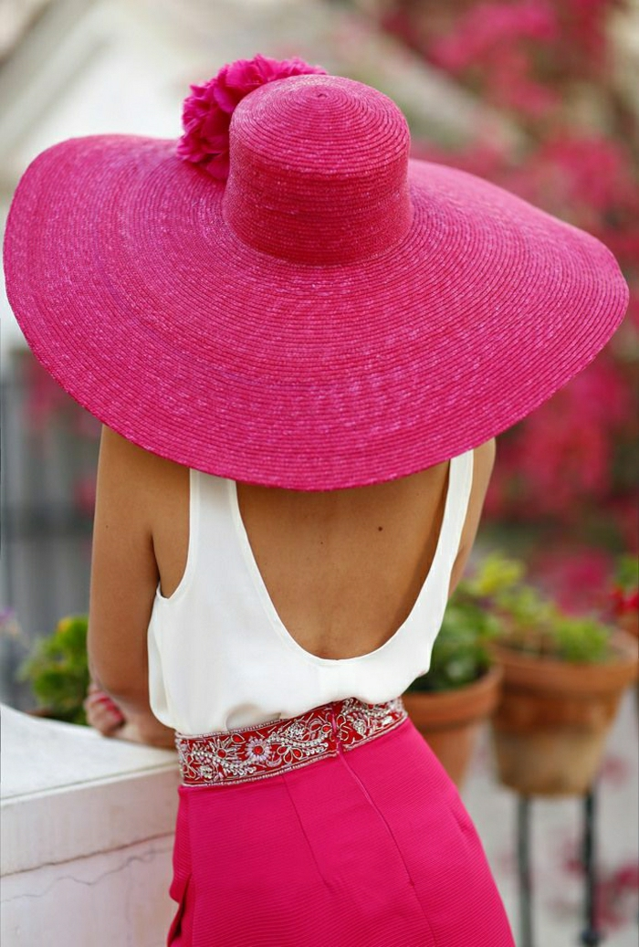 Sommerkleidung-Stil-Sommerhut-Damen-Krempe-Rock-Zyklamen-Farbe-weißer-Top