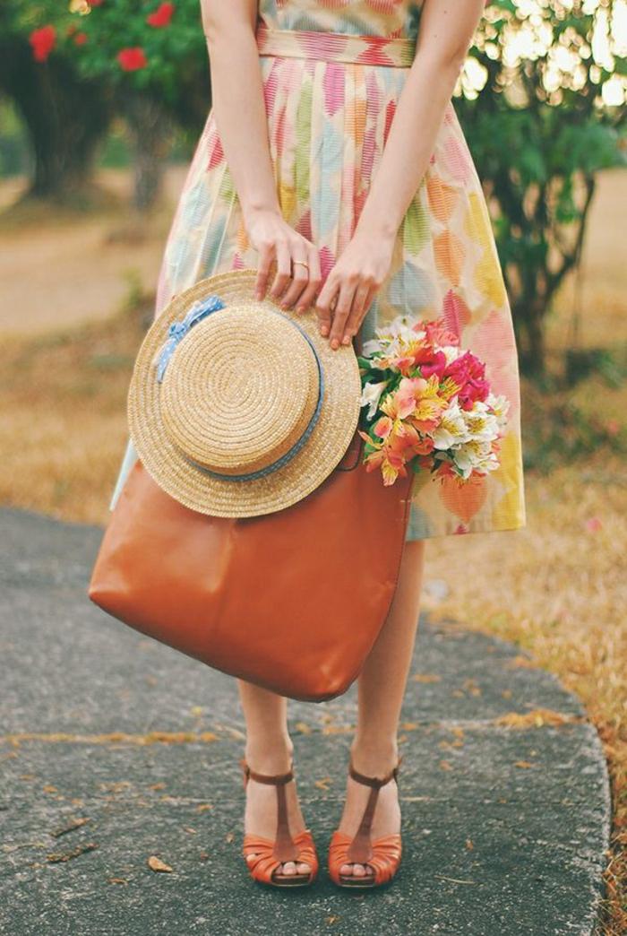 Sommerkleidung-bunt-Sommerhut-blaues-gepunktete-Band-Kleid-Leder-Tasche-Sandalen-orange-braun-Blumen