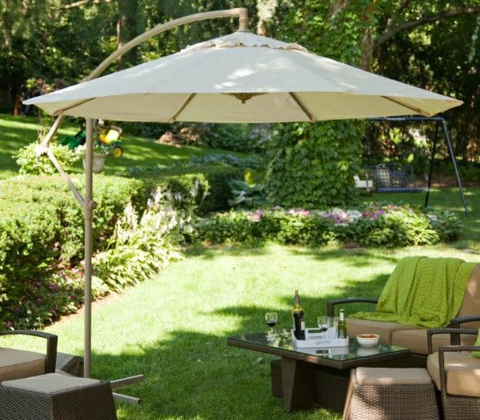 Sonnenschirm-Garten-Rattan-Möbel-Pastellfarben-grüne-Schlafdecke-Gras