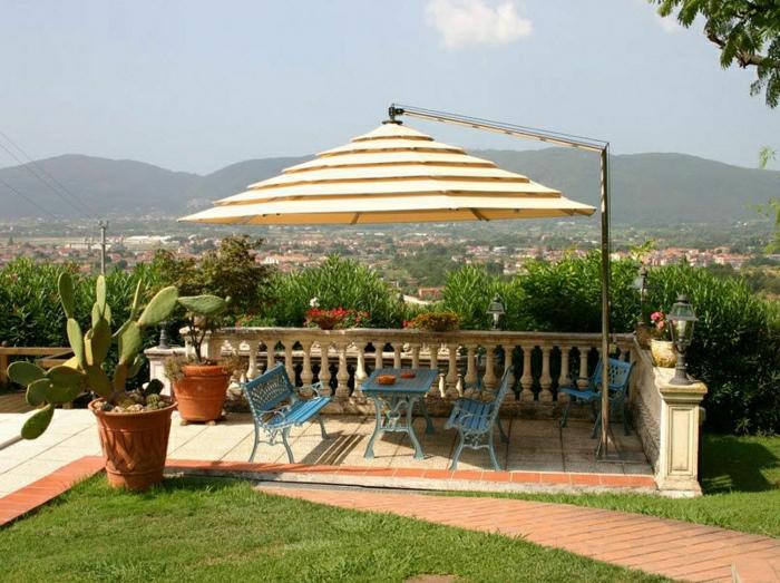 Sonnenschirm-Garten-interessantes-Design-Kaktus-Tisch-Bänke-blau-Metall-Aussicht