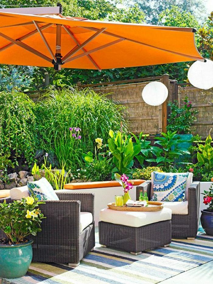 Sonnenschirm-Garten-orange-Papierlampen-Rattan-Möbel-Pflanzen