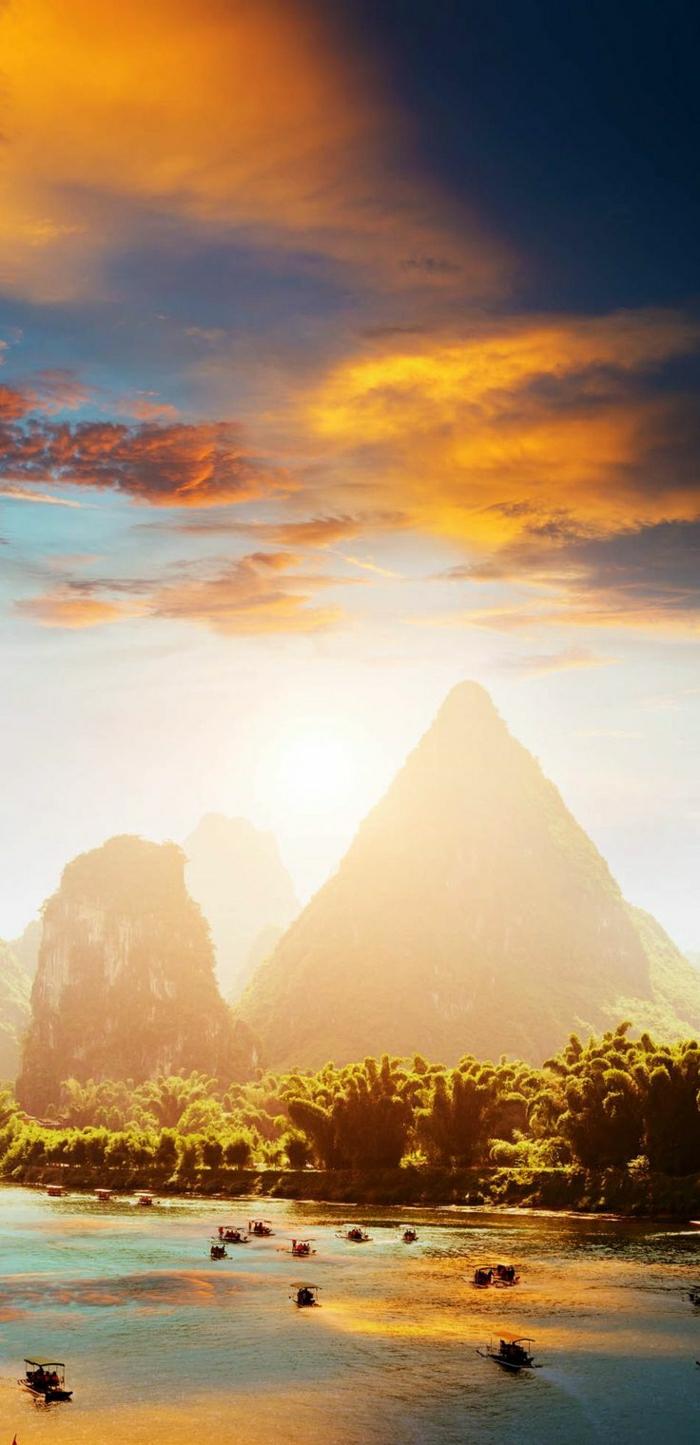 Sonnenuntergang-Foto-Yangshuo- Guilin-China-Wasser-Boote-Grün-Gebirge