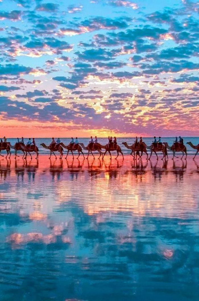 Sonnenuntergang-Kamele-Cable-Beach-Broome-Western-Australien