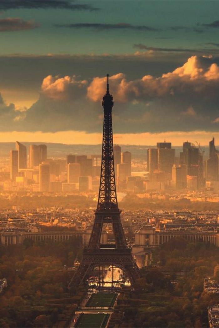Sonnenuntergang-Paris-Eiffelturm-golden-Wolken-Gebäuden