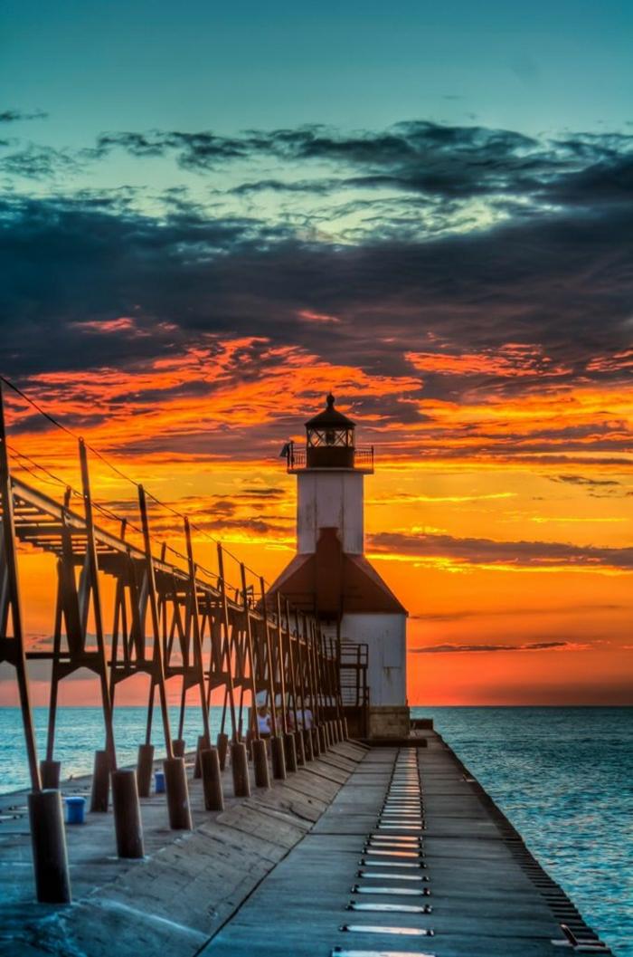 Sonnenuntergang-Wasser-Leuchtturm-St.Joseph-Michigan