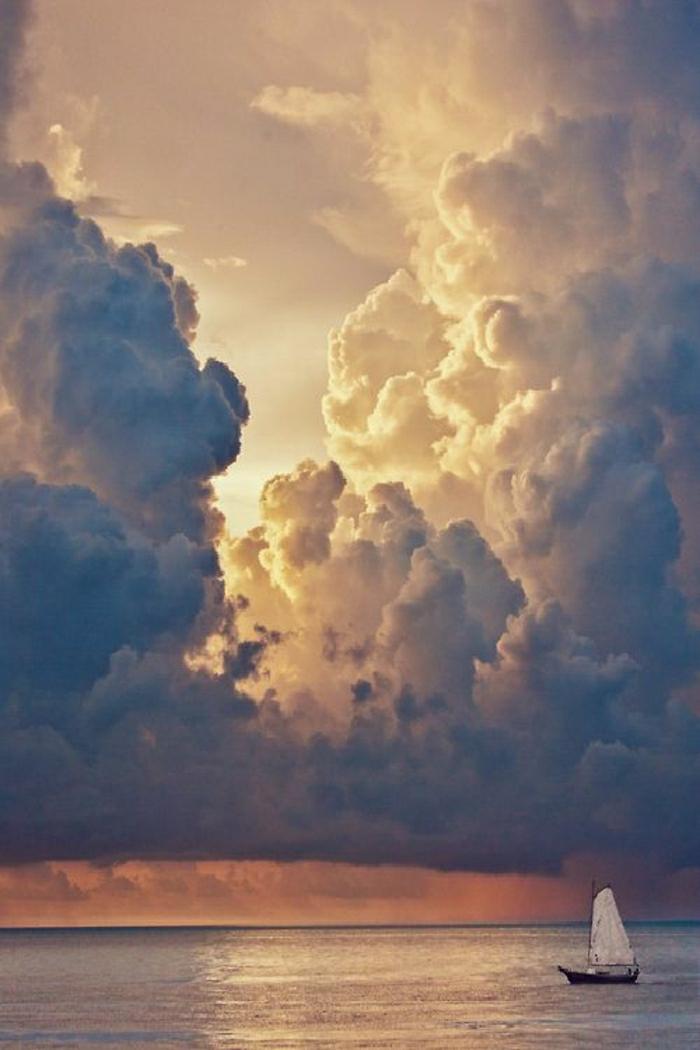 Sonnenuntergang-Wolken-Himmel-Wasser-Segelboot