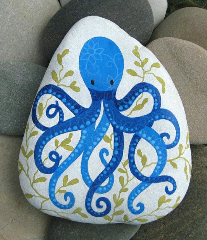 Stein-Zeichnung-blauer-Oktopode-goldene-Blätter-Dekoration